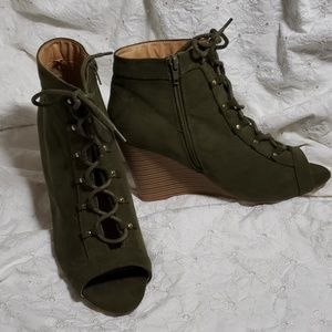 Report 9.5 green lace up open toe wedges